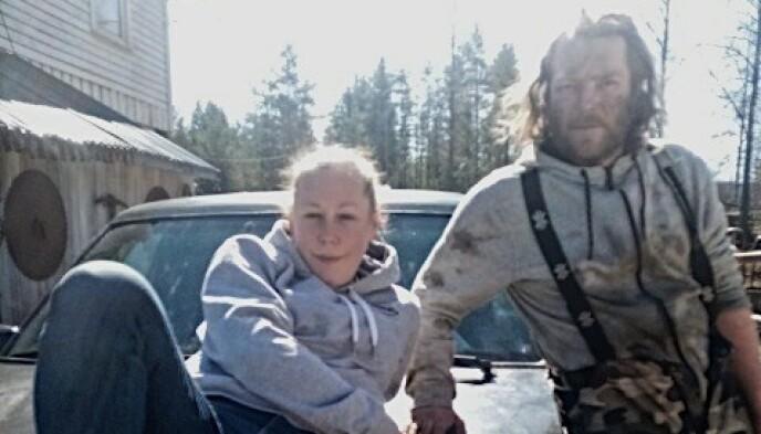RÅNERE: Karl Bernhard Bakke og samboer Silje Elisabeth Rognhaugen på panseret av bilen sin. Foto: Privat