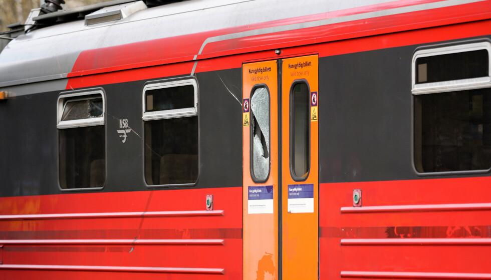 ØDELAGT: Kjøreledningen falt ned på et tog ved Rosenholm stasjon. To personer ble lettere skadd. Foto: Fredrik Hagen / NTB