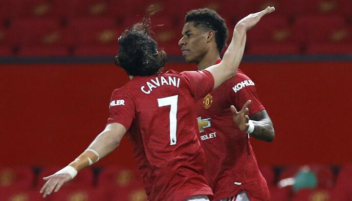 MYE RØDT: De røde tribunene går i ett med de røde draktene på Old Trafford. Det har ikke talt til Manchester Uniteds fordel. Her feirer Marcus Rashford og Edinson Cavani en scoring. Foto: NTB