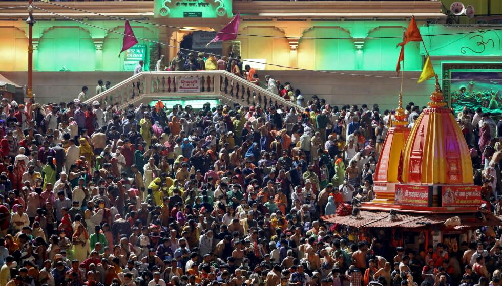KUMBH MELA: 1000 har blitt registrert smittet på hindu-festivalen Kumbh Mela. Her bader folkemassen i den hellige elva Ganges i delstaten Haridwar i India. Foto: Anushree Fadnavis/ Reuters/ NTB