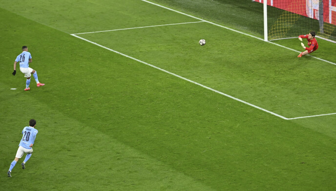 STRAFFE: Riyad Mahrez utlikner til 1-1 på straffe. Foto: NTB