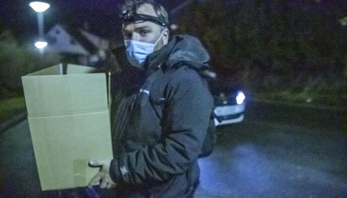 PAPPESKER: Her bæres noe ut i en pappeske. Politiet bekrefter at de har gjort flere funn ved åstedet. Foto: Bjørn Langsem / Dagbladet