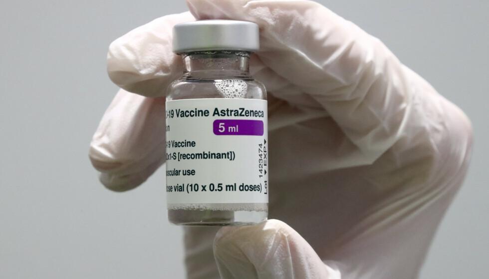 DROPPER VAKSINEN: VITT er navnet på den nye tilstanden, som har skapt flere av de dødelige blodproppene som har fått Danmark til å droppe AstraZeneca-vaksinen. Foto: Matthias Schrader/ AP/ NTB