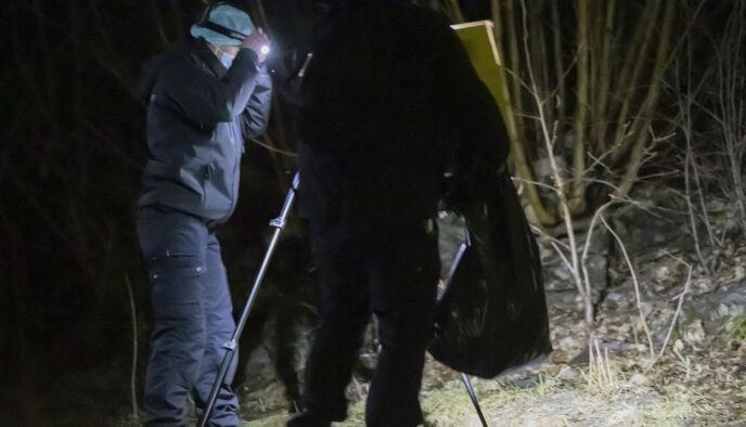 FOTOGRAFERER: Krimteknikere var på stedet natt til mandag, og fotograferte aktuelle funn i området. Foto: Bjørn Langsem / Dagbladet