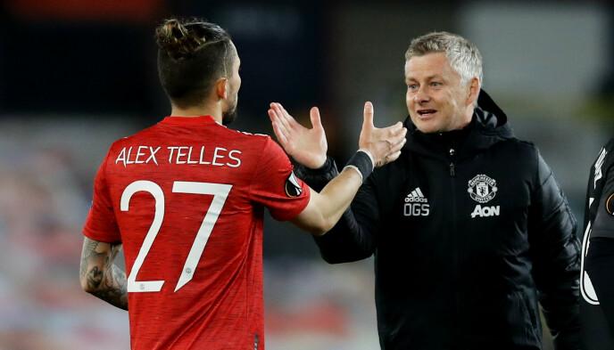 Stretta di mano: Ole Gunnar Solskjær ringrazia Alex Telles per la partita.  Foto: NTB