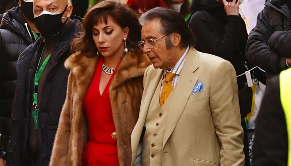 GUCCI-FILM: Lady Gaga og Al Pacino i rollene som Patrizia Reggiano og Aldo Gucci under innspillingen av «House of Gucci». Foto: NTB