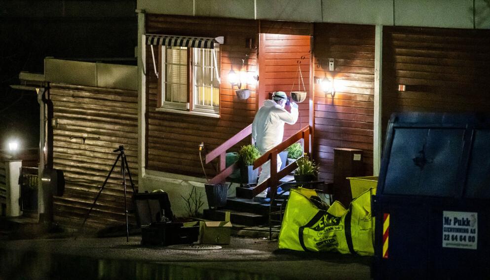 DREPT: Tor Kjærvik ble drept i sin bolig mandag kveld. Her er krimteknikere på stedet. Foto: Bjørn Langsem / Dagbladet