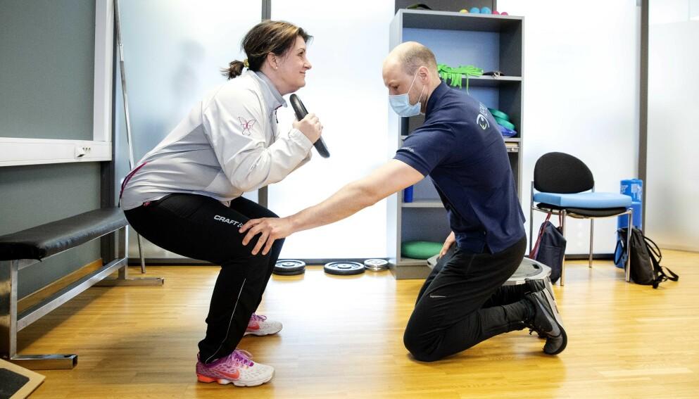 KNEPLAGER: May Linn Brynildsen (47) trener tre ganger i uka for å lindre artrosesmertene. Her sammen med fysioterapeut Øyvind Henriksveen ved Nemus i Sarpsborg. Foto: Nina Hansen