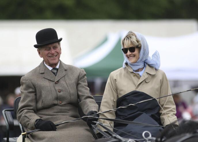 HEST ER BEST: Prins Philip og Penelope Knatchbull kjører med hest og vogn i 2009. Foto: Steve Parsons / AP / NTB