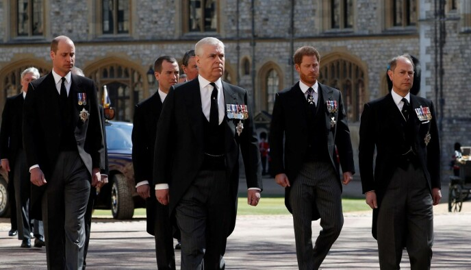 PROSESJON: Fetter Mark Phillips gikk mellom prins Harry og William i prosesjonen. Foto: AFP / NTB