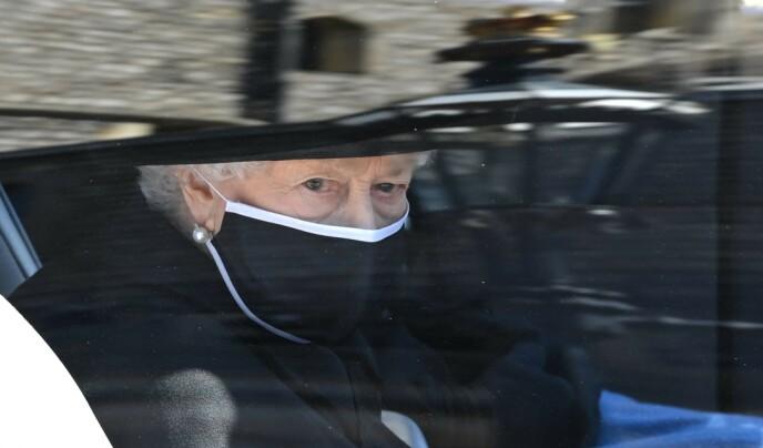 KOM I BIL: Dronning Elizabeth ankom ektemannens begravelse i en Bentley. Foto: Leon Neal / AFP / NTB