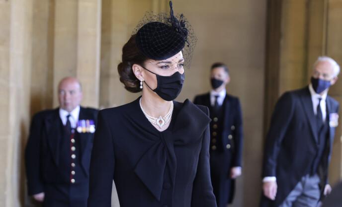 TIL STEDE: Hertuginne Kate tok del i seremonien i St. Georges kapell. Foto: