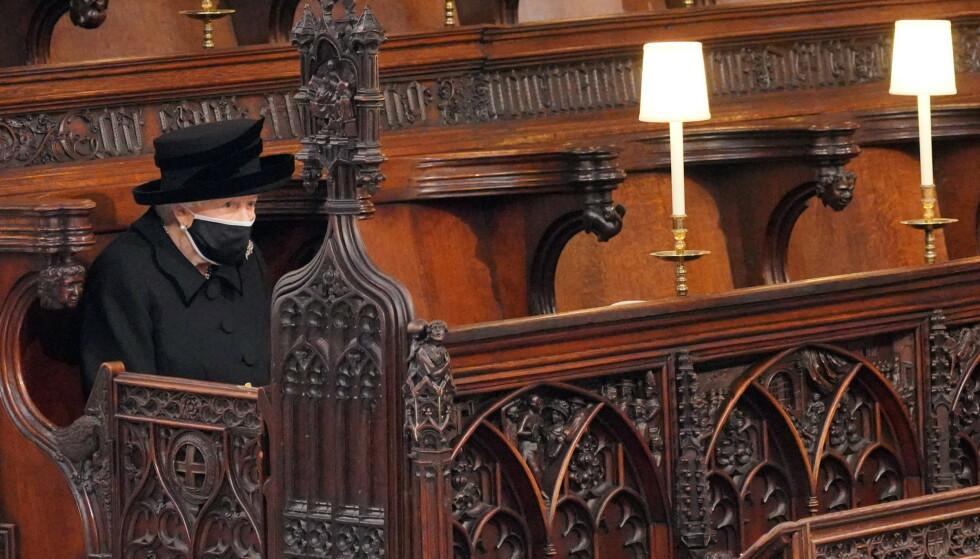 ALENE: På grunn av pandemien satt monarken for seg selv i begravelsen. Foto: Reuters / NTB