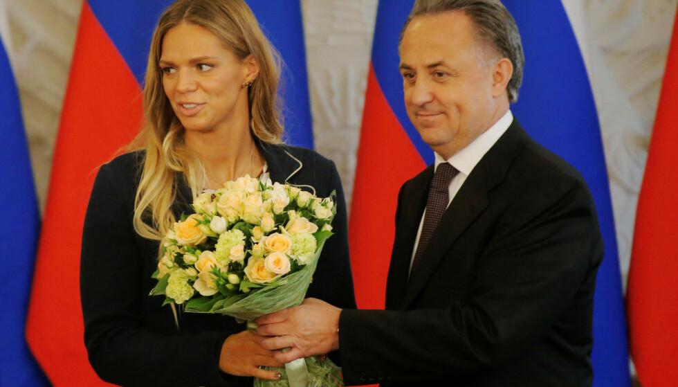 MER STAS FØR: Jubel for Julia Efimova i Kreml etter OL 2016. Her kommer sportsminister Vitaly Mutko; en av hovedmennene bak den russiske statssvindelen, med blomster. Nå blir Julia sannsynligvis amerikaner. FOTO: REUTERS/Maxim Shemetov