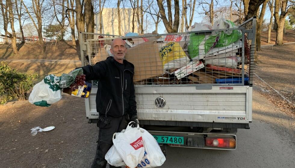 SØNDAG KLOKKA 07.30: Renovatør Ola Mago fyller det tredje lastebillasset med søppel fra parken på St. Hanshaugen i Oslo. Den fjerde lastebilen venter nede på stien. Foto: Øystein Andersen.