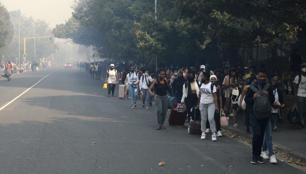 Geëvacueerd: vanwege de brand zijn honderden studenten van de universiteit geëvacueerd.  Foto: Nardus Engelbrecht / AP / NTB