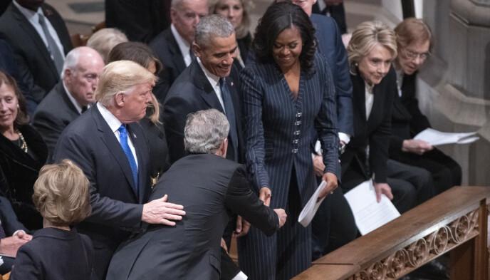 HILSTE: Da Bush hilste på Obama-ekteparet under minnesermonien til George H. W. Bush i 2018 ga han den tidligere førstedamen en gave. Foto: PA Photos/NTB.