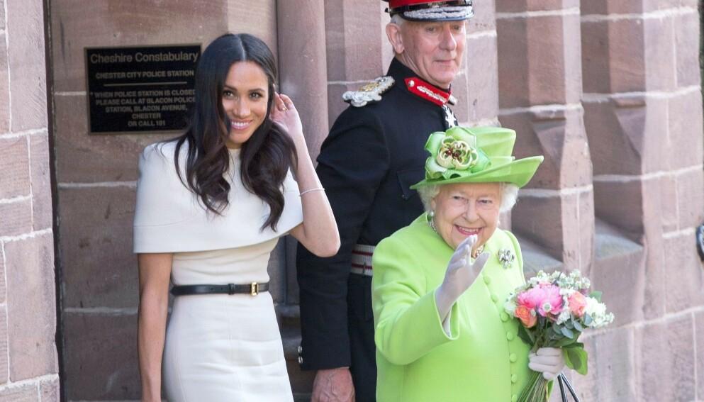 SENDTE HILSEN: Hertuginne Meghan var ikke til stede i forbindelse med dronning Elizabeths ektemanns begravelse, men fikk likevel sendt en siste hilsen. Her er dronningen og Meghan fra en annen anledning. Foto: REX/NTB