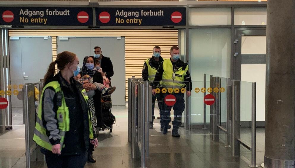 HOTELLKARANTENE: Politi og vektere geleidet alle passasjerer fra et Gran Canaria-fly gjennom sikkerhetssjekk og tollsone på Gardermoen natt til 28. mars. Foto: Øystein Andersen, Dagbladet.