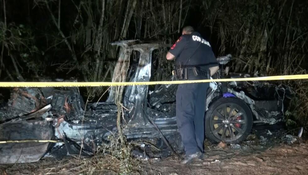 VRAK: Teslaen kjørte av veien i Texas lørdag. Foto: NTB