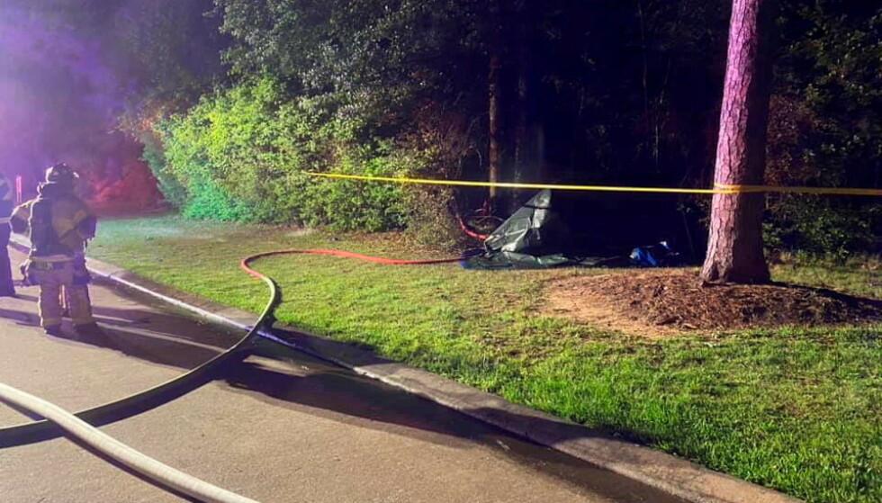 TRAFF ET TRE: To menn omkom da Teslaen de satt i - men ingen av dem kjørte - krasjet i et tre i Texas. Foto: NTB