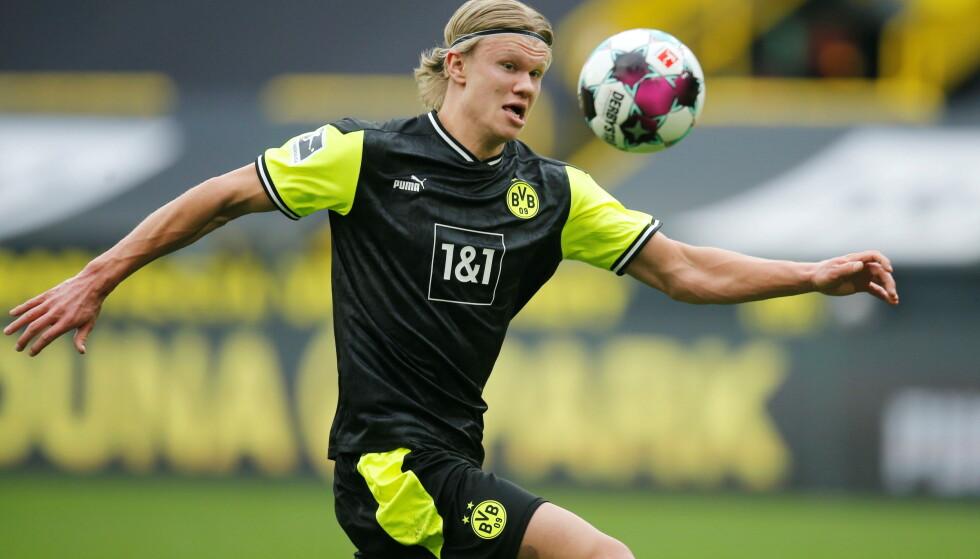 MÅLGARANTIST: Erling Braut Haaland sørget for at Werder Bremen-målvakt Pavlenka måtte plukke flere baller ut av nettet. Foto: Leon Kuegeler/Reuters