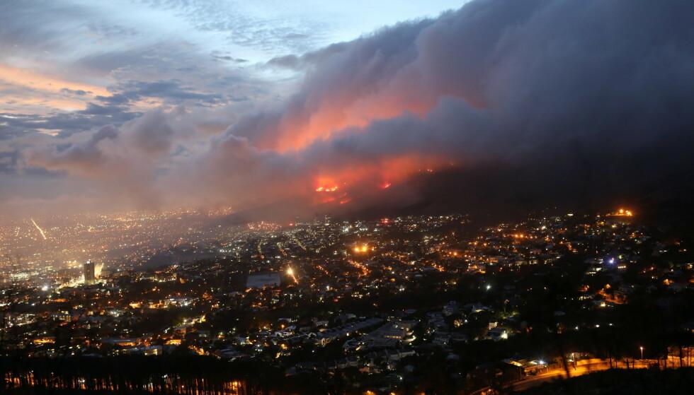SPRER SEG: Sterk vind fører til at flammene sprer seg raskt i Cape Town. Foto: Mike Hutchings/ Reuters/NTB.