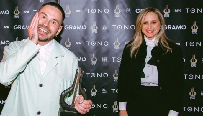 VINNERE: Chris Holsten og Frida Ånnevik smilte fra øre til øre etter å ha hentet hjem prisen for Årets låt. Foto: Michael Ray Cruz Angeles / Spellemann / NRK