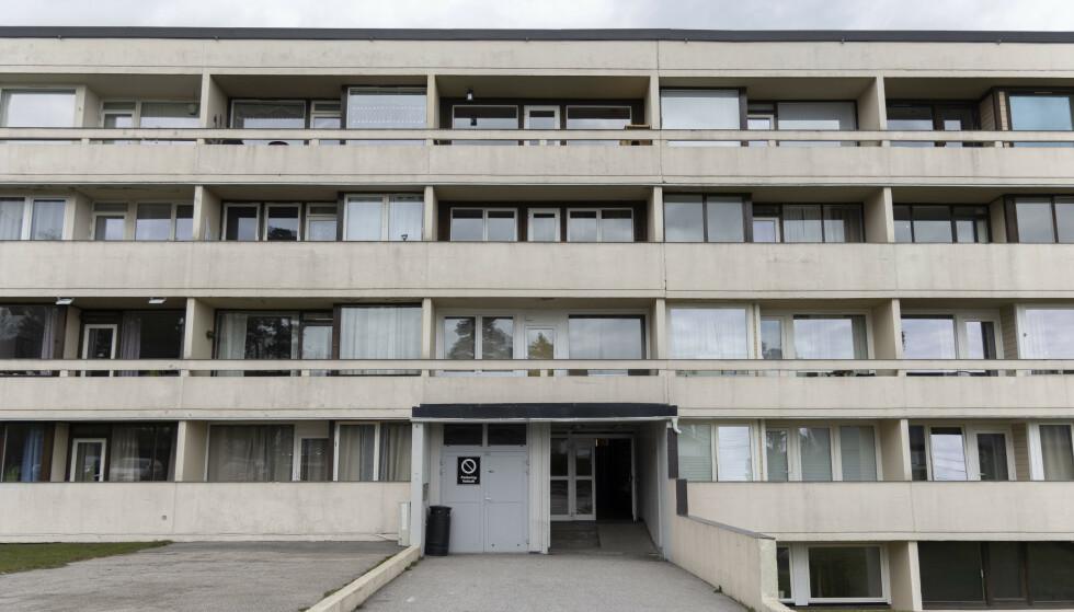 STORT UTBRUDD: Det er påvist flere tilfeller med coronasmitte i denne boligblokka på Hellemyr i Kristiansand. Foto: Tor Erik Schrøder / NTB