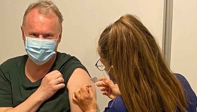 VAKSINERT: Raymond Johansen fikk første vaksinedose mandag. Foto: Oslo kommune