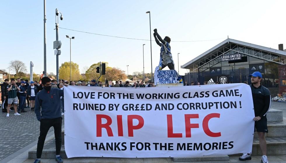 KLAR TALE: Leeds-supporterne viste sin misnøye før Liverpool-kampen. Foto: Paul ELLIS / AFP