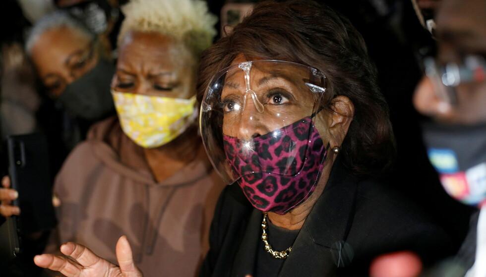 KRITISERES: Den demokratiske kongressrepresentanten Maxine Waters delotk lørdag i demonstrasjoner i Brooklyn Center i Minnesota. Der kom hun med uttalelser som har skapt sterke reaksjoner. Foto: REUTERS/Octavio Jones