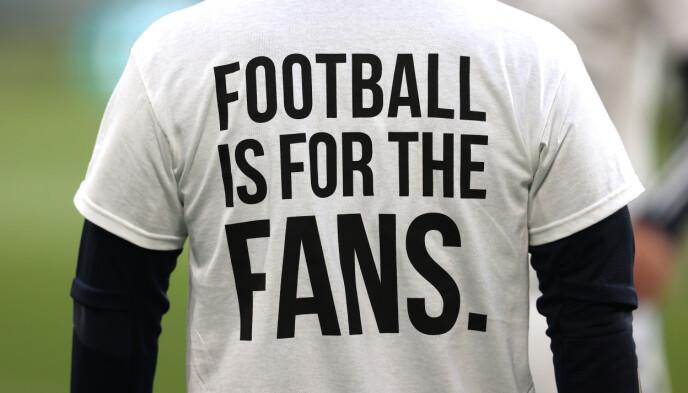 PROTEST: Leeds-spillerne bar t-skjorter i protest mot superligaen før kampen mot Liverpool i Premier League. Foto: NTB