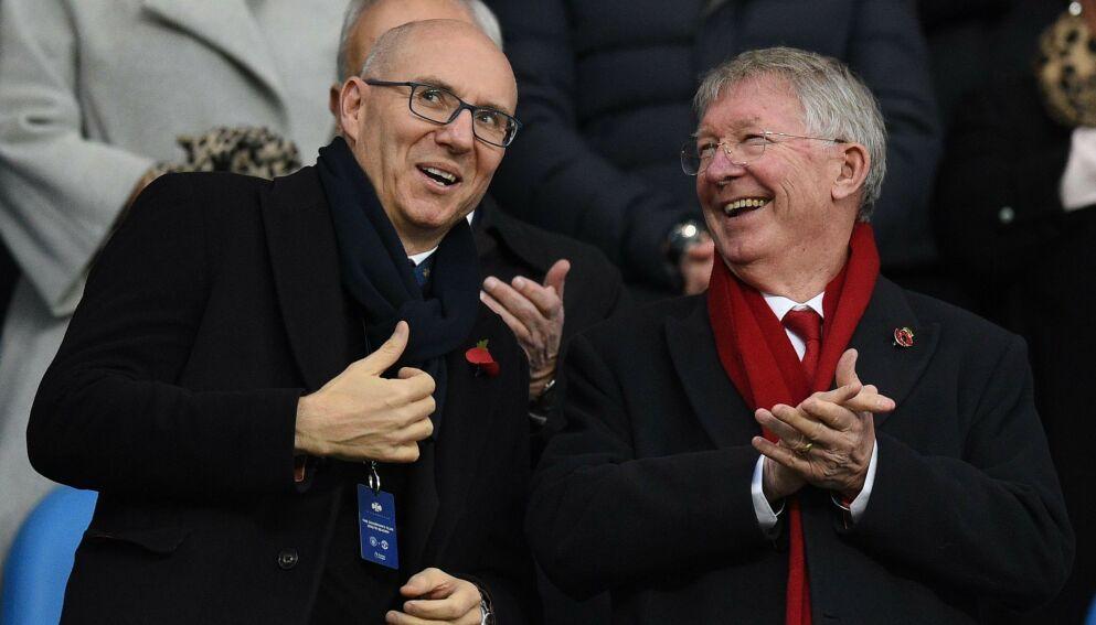 HOLDER KONTAKTEN: Manchester United-eier Joel Glazer og klubblegende Alex Ferguson under en kamp på Etihad i 2018. Foto: Oli SCARFF / AFP / NTB