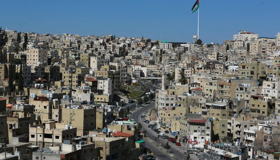 NEDSTENGT: Bildet av hovedstaden Amman i Jordan er fra slutten av februar i år, da det var innført full nedstenging som følge av det svært høye smittetrykket. Foto: Khalil Mazraawi / AFP / NTB