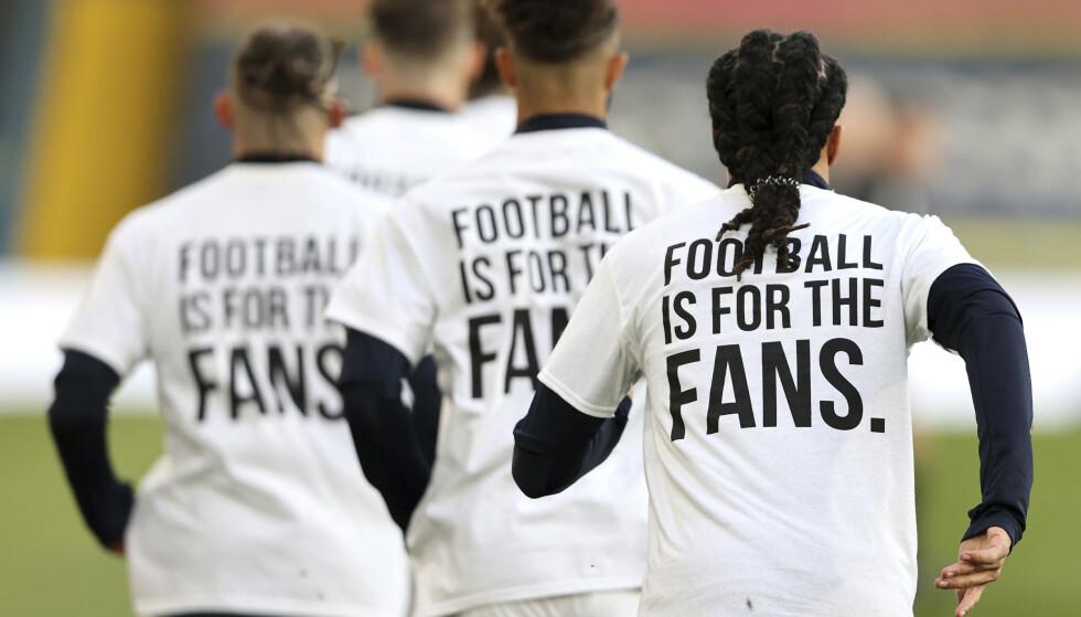 KLAR MELDING: Leeds-spillerne brukte disse T-skjortene før kampen mot Liverpool mandag. Foto: Clive Brunskill/AP/NTB