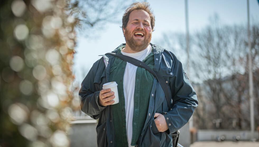 LEVER ET FETT LIV: Ronny Brede Aase er fornøyd med livet. Men burde han ta noen grep, nå som han har blitt pappa? Foto: NRK