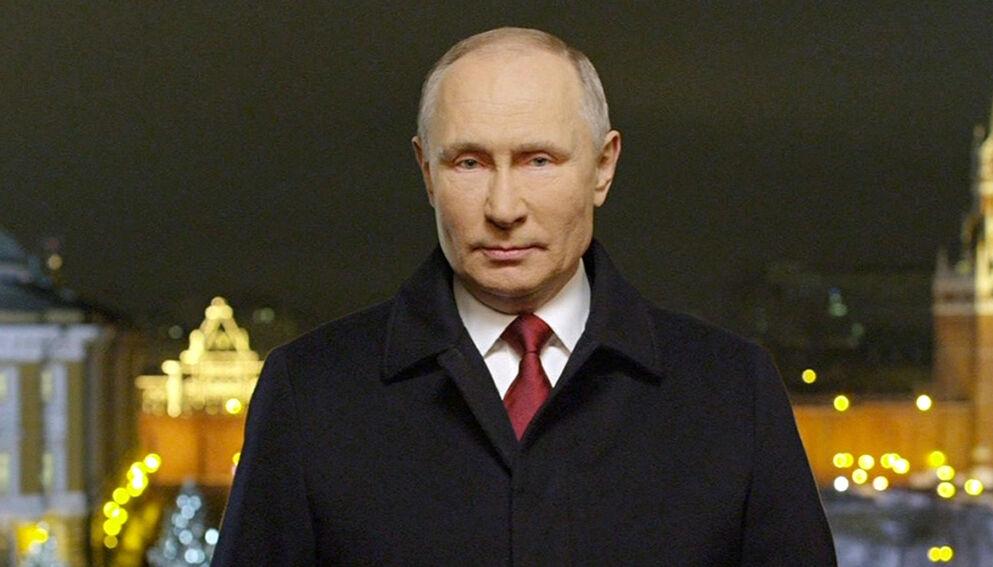 PÅ GRENSEN TIL KRIG: En hel verden lurer på om det kommer et angrep fra Russland, eller om mobiliseringen bare er en demonstrasjon av styrke. Putin holder kortene tett til brystet. Foto: Kreml / AP / NTB)