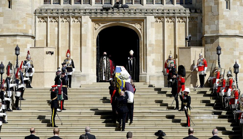 SKJULT: Fotografen fikk nærbilder av den sørgende kongefamilien på grunn av et lite puss. Foto: Kirsty Wigglesworth/AP/NTB