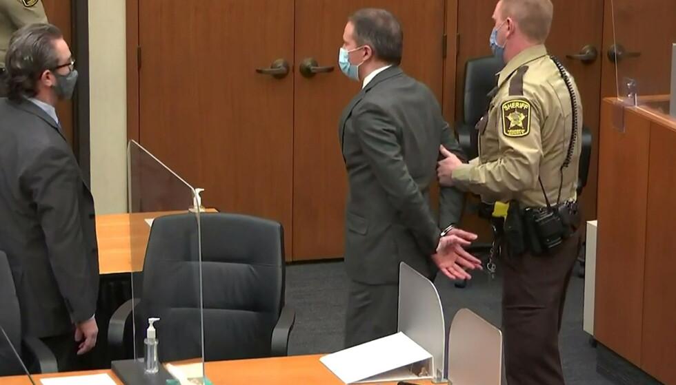 I VARETEKT: Etter kjennelsen var lest opp ble Derek Chauvin påført håndjern og ført i varetekt. Foto: Reuters / NTB