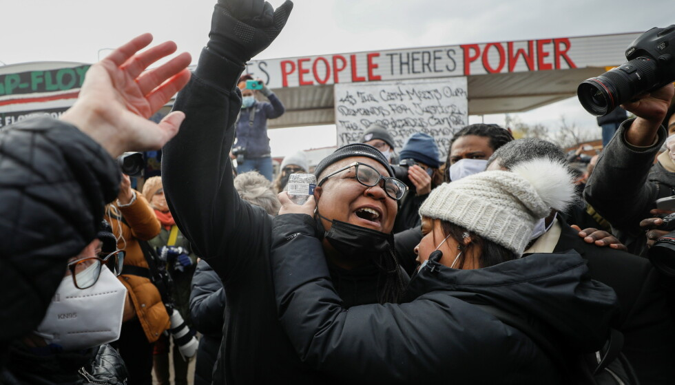 GLEDE: Det har samlet seg mange folk ved George Floyd Square i Minneapolis. Det er full jubel og gledestårer. Foto: Octavio Jones / Reuters / NTB
