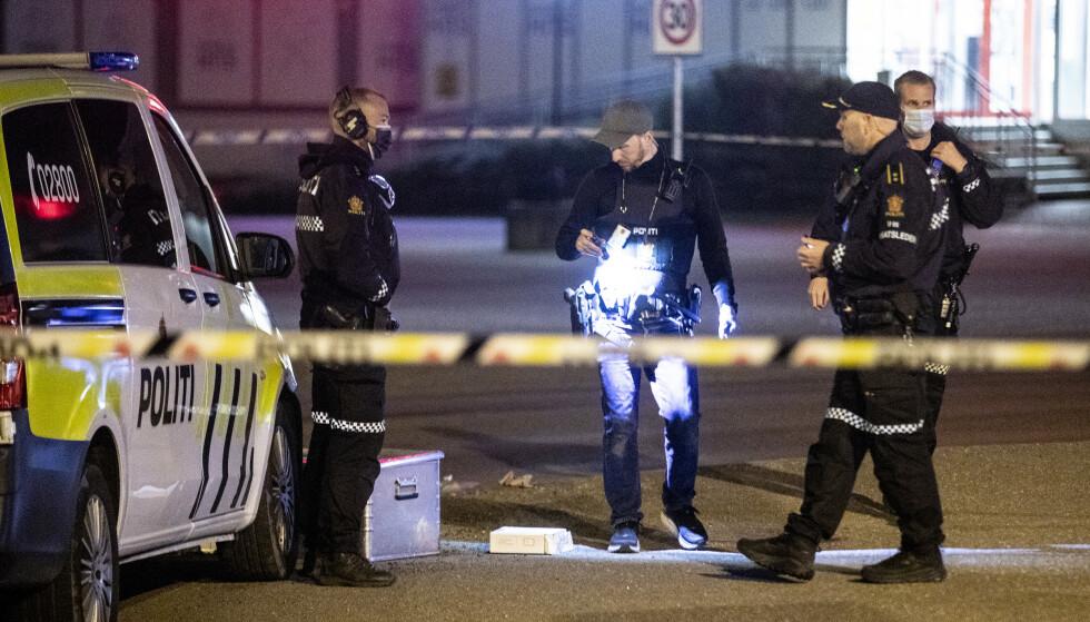 UNDERSØKELSER: Politiet undersøkte i natt åstedet i Tønsberg der en mann ble skutt og drept. Foto: Trond Reidar Teigen / NTB