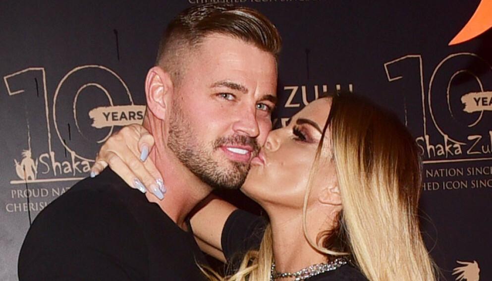 TIL ALTERS: Den britiske glamourmodellen og realityprofilen Katie Price har forlovet seg med kjæresten Carl Woods. Her er de høsten 2020. Foto: Splash News / NTB