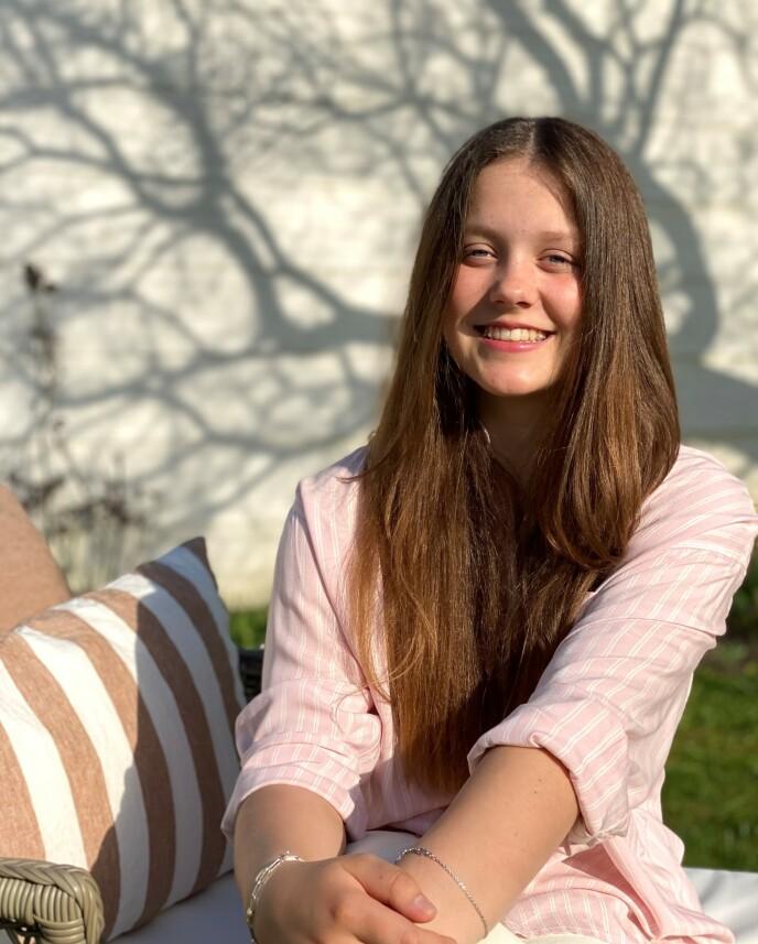 SMILER: Kongehuset har delt tre nye bilder av Isabella. Foto: Kronprinsesse Mary / Det danske kongehus