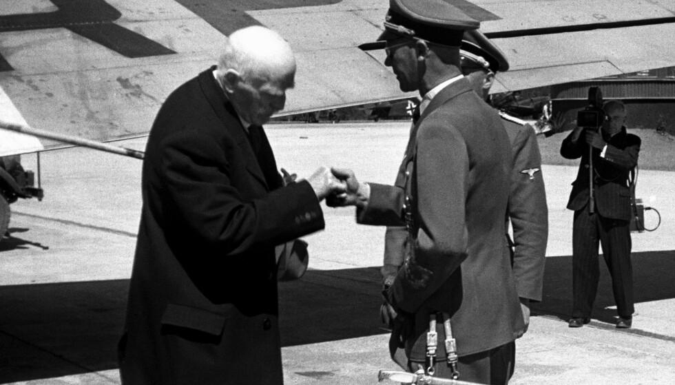BESØKTE HITLER: Knut Hamsun håndhilser på Reichskommisar Josef Terboven, som møtte ham på Fornebu etter et besøk i Tyskland. Foto: Aage Kihle / NTB