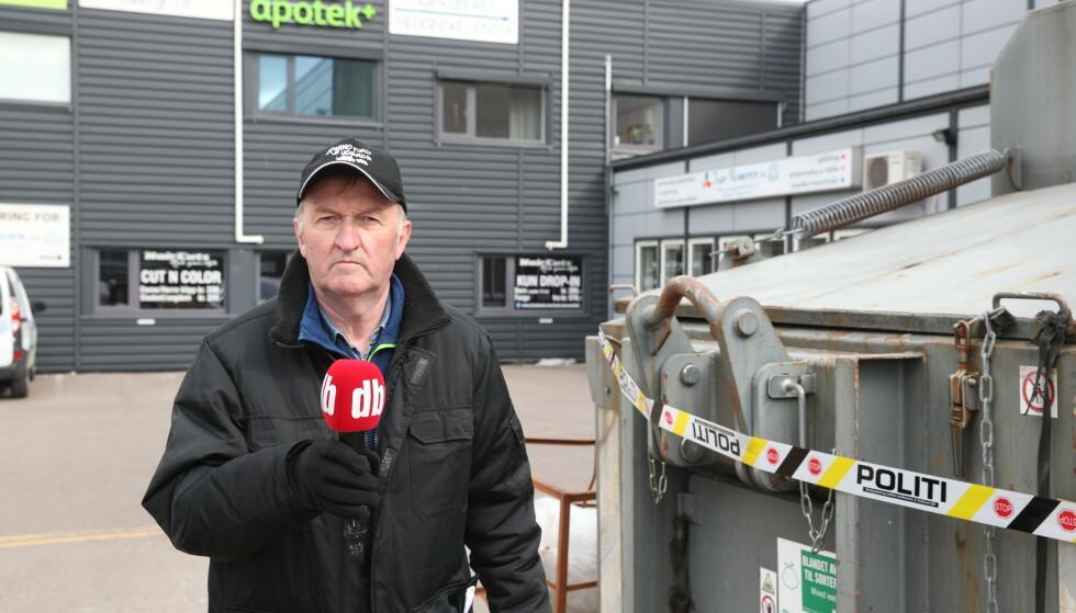 SPERREBÅND: Dagbladets reporter Øystein Andersen har snakket med folk på stedet onsdag formiddag. Her ved politiets sperrebånd rundt fire søppelpressere, som det er usikkert om inngår i etterforskningen. Foto: Bjørn Langsem / Dagbladet