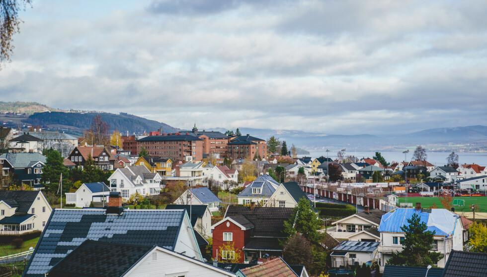 UTBRUDD: I Gjøvik kommune er det registrert ti nye smittede de siste dagene, etter utbrudd i en begravelse. Foto: Stian Lysberg Solum / NTB