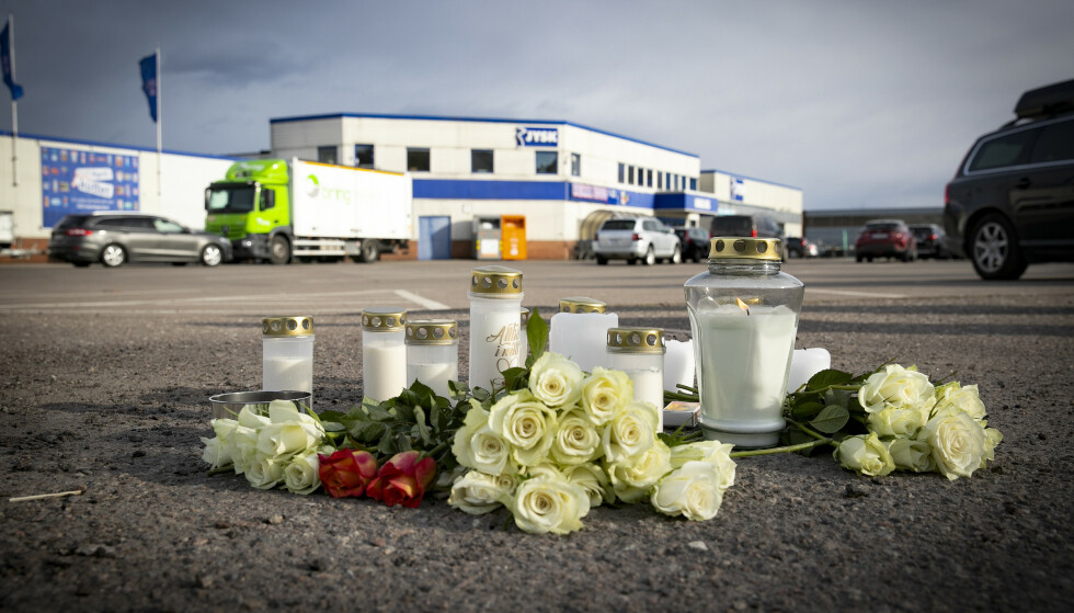 MINNES: Flere har lagt ned blomster og tent lys på stedet hvor mannen ble funnet. Foto: Bjørn Langsem / Dagbladet