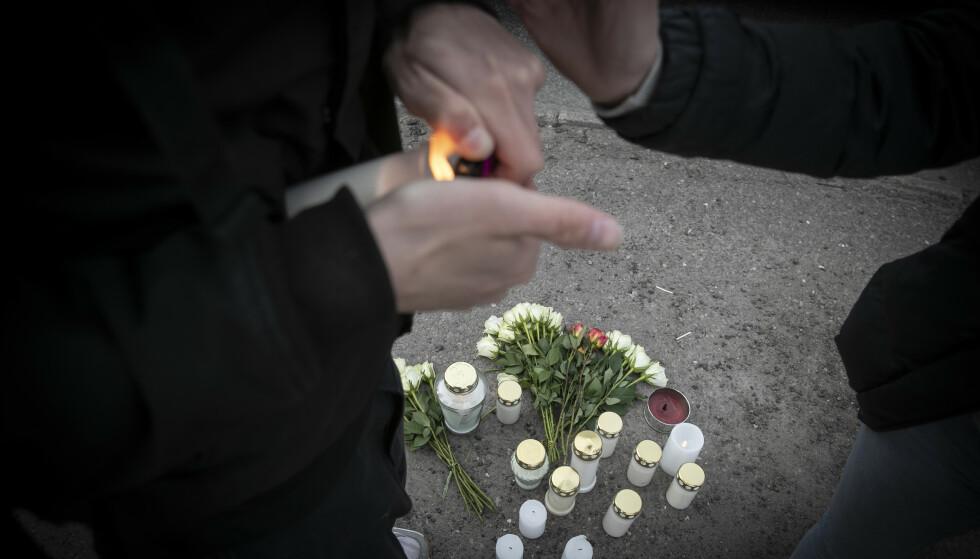 MINNESTUND PÅ FORTAUET: Mange venner og kjente kom til fortauet kvelden der den drepte mannen segnet om i Kilen i Tønsberg. Foto: Bjørn Langsem / Dagbladet.