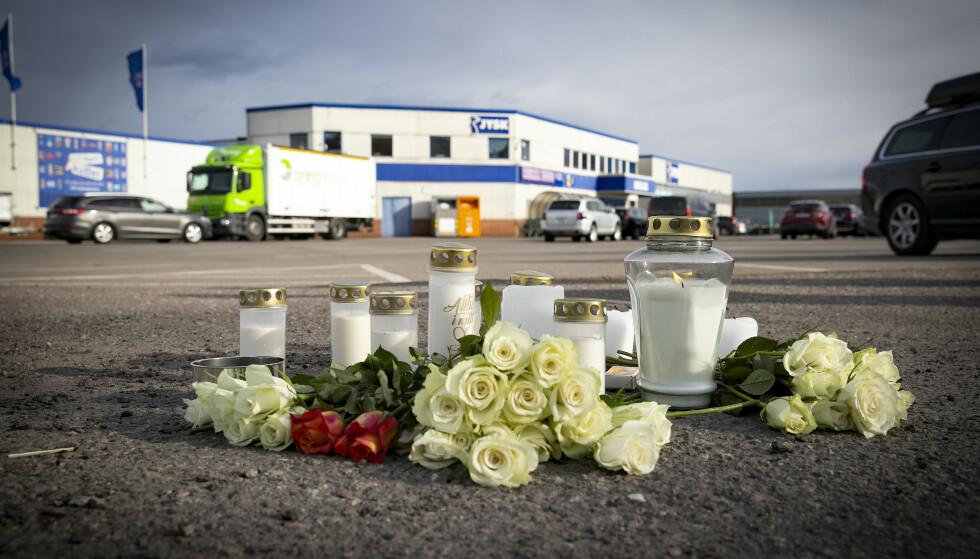 BLOMSTER: Det er lagt ned blomster på steder hvor mannen ble funnet skutt tirsdag kveld. Foto: Bjørn Langsem / Dagbladet